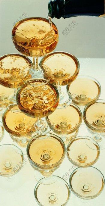 酒杯倒酒红酒宴会喜庆庆祝餐饮美食西餐美食摄影图库图片