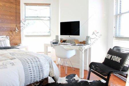 白色的iMac上白色的木制表