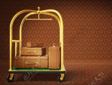 架子上不同型号的行李箱