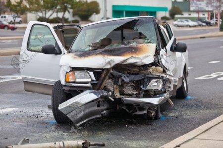 车祸现场的轿车图片