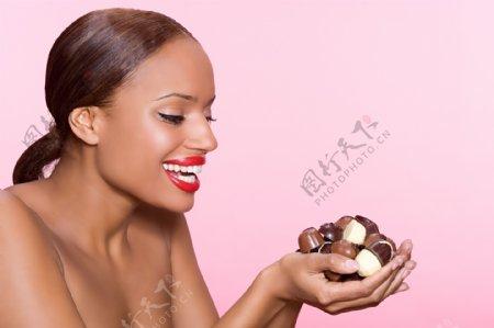 手捧巧克力的欧美女人图片图片