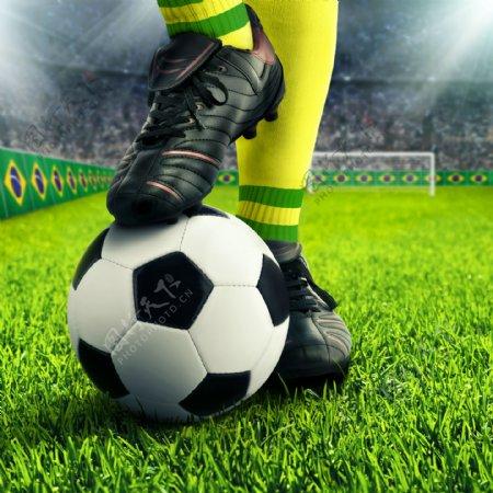 球场上运动员脚下的足球图片