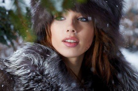 穿毛皮大衣的时尚美女图片