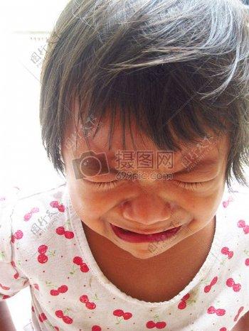 伤心大哭的小女孩