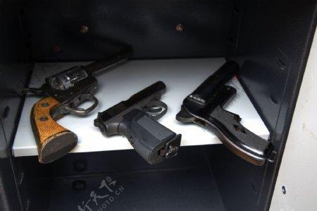三把型号不同的枪支图片