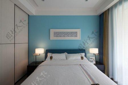 现代文艺卧室浅蓝色背景墙室内装修效果图