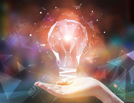 手托发光的灯泡创意合成背景