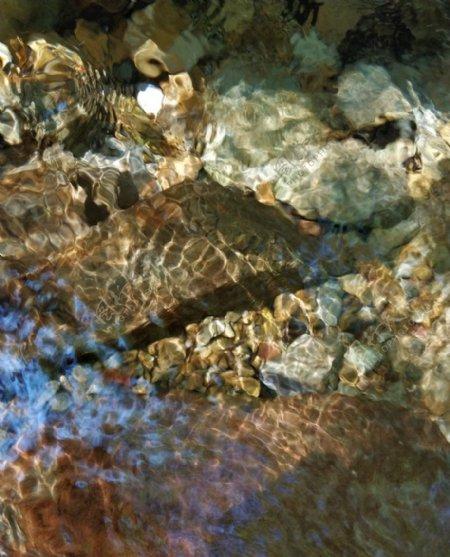 水面波光粼粼牛鱼嘴水石