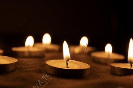 点燃祈祷的白蜡烛