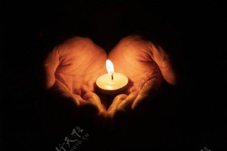 双手捧着蜡烛祈祷背景