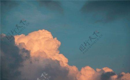 阳光照射云朵