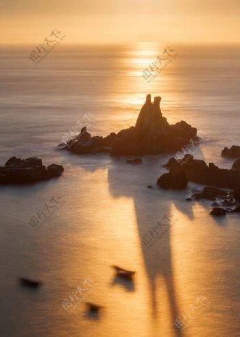 海上霞光倒影海水石头影子