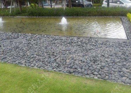 水池旁的灰色鹅卵石
