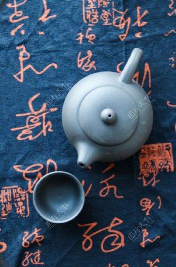 浅蓝色茶壶与茶杯图片