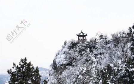 下雪山里的亭子图片