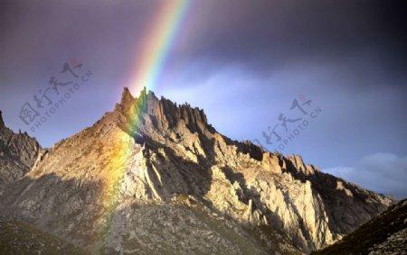 山峰彩虹图片