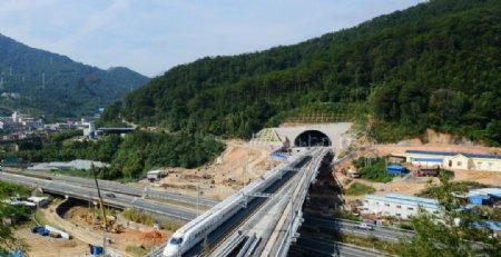 列车行驶在赣龙高铁上图片