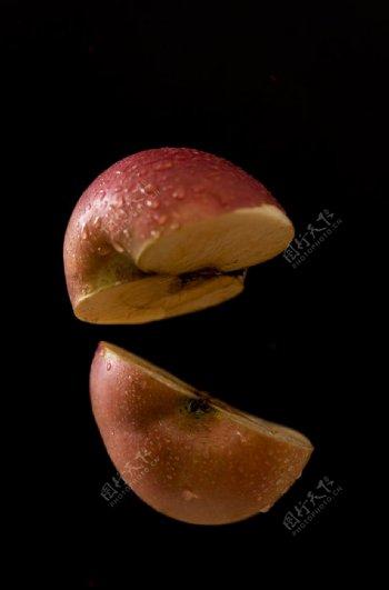 黑色底板上切开的苹果图片