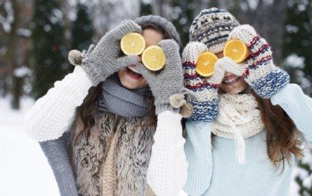 女孩在雪地里玩的很开心图片
